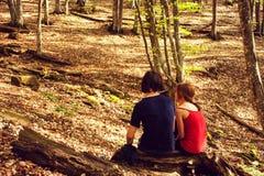 Le type et la fille s'asseyent haut dans les montagnes Amour, amitié, intimité, l'occasion d'être ensemble Trekking en Th Images stock
