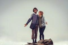Le type et la fille s'asseyent haut dans les montagnes Amour, amitié, intimité, l'occasion d'être ensemble Trekking en Th Photographie stock libre de droits