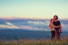 Le type et la fille s'asseyent haut dans les montagnes Amour, amitié, intimité, l'occasion d'être ensemble Trekking en Th Photo libre de droits