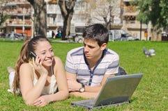 Le type et la fille se situent en parc Image libre de droits