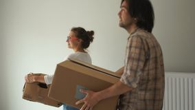 Le type et la fille venus à leur appartement pour la première fois après la réparation Relocalisation, achat des immobiliers banque de vidéos