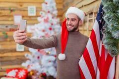Le type fait le selfie avec le drapeau américain Vue de côté Photographie stock