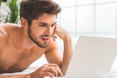 Le type gai est intéressé par la communication en ligne Images libres de droits