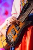Le type joue un instrument folklorique ficelé Photos stock