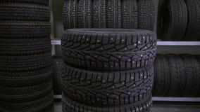 Le type met les pneus sur l'un l'autre banque de vidéos