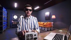 Le type mignon de brune parle à la boîte de participation de caméra d'alimentation d'énergie avec le refroidisseur clips vidéos