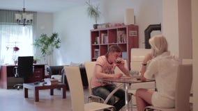 Le type mignon et la fille blonde s'asseyent à la table quand l'hélicoptère nano rouge débarque sur la table banque de vidéos
