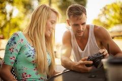 Le type montre à une fille des photos Images libres de droits