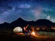 Le type montre son amant selon l'opinion du ciel étoilé Photographie stock