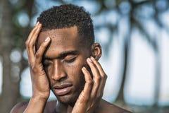 Le type noir après douche photos libres de droits