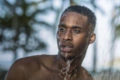 Le type noir dans la douche en nature image stock