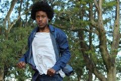 Le type noir exécute la représentation vivante de danse dans la place photographie stock libre de droits