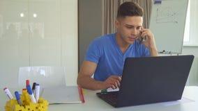 Le type parle au téléphone au bureau clips vidéos