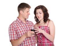 Le type propose à sa boisson d'amie Photographie stock