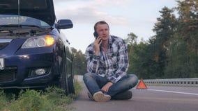 Le type réclame l'aide après incident de voiture photos stock