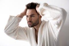 Le type raidi attirant fait la coiffure image libre de droits