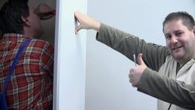 Le type renonce à des pouces après que le travail soit effectué banque de vidéos