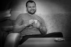 Le type s'asseyant avec une plate-forme des cartes Photo libre de droits