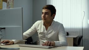 Le type s'assied ? la table, v?rifie le t?l?phone et les d?buts fonctionnant au bureau clips vidéos