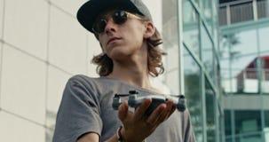 Le type soulève sa main avec le bourdon au-dessus de sa tête dans le mouvement lent clips vidéos
