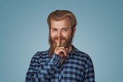 Le type suffisant de sourire de hippie d'homme garde un secret photographie stock libre de droits