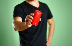 Le type tient un désodorisant rouge Montre un désodorisant Fin vers le haut images stock