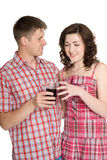 Le type traite une fille avec une boisson Photos stock