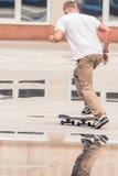Le type va faire de la planche à roulettes au skatepark extérieur Images stock
