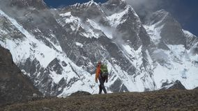 Le type voyage dans les montagnes de l'Himalaya banque de vidéos