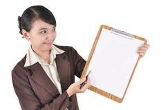 Le ung affärskvinna som visar den blanka mappen Arkivbild
