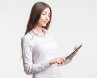 Le ung för ingen-namn för affärskvinnavisningmellanrum PC minnestavla övervaka med copyspaceområde för slogan- eller textmeddelan Royaltyfri Foto