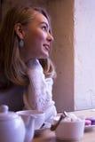 Le ung kvinna i cafe Arkivbilder