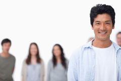 Le ung man med vänner som plattforer bak honom arkivfoton