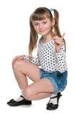 Le unga flickan i prickblus arkivbild