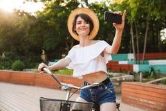 Le unga flickan i sommarkläder fotografering för bildbyråer
