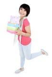 Le unga flickan komma med någon gåva Arkivbilder