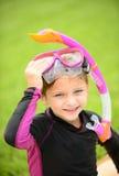 Le unga flickan med den simningskyddsglasögon och snorkeln Royaltyfri Foto