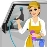 Le unga flickan med en tvålig svamp och slang för att tvätta en bil stock illustrationer