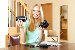 Le unga flickan som fixar linsen med den nya digitala kameran in Fotografering för Bildbyråer