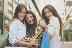 Le unga flickan som tillsammans står på stadsgatan Flickor after arkivfoto
