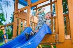 Le ungen som har gyckel på lekplatsen barn som leker utomhus Fotografering för Bildbyråer