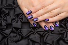 Le unghie della bella donna con il manicure alla moda piacevole immagini stock