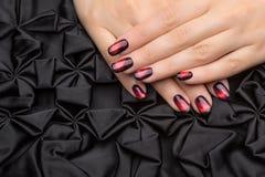 Le unghie della bella donna con il manicure alla moda piacevole immagine stock libera da diritti