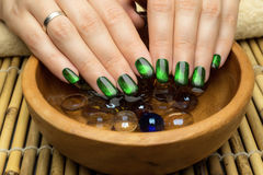 Le unghie della bella donna con il manicure alla moda piacevole Fotografia Stock Libera da Diritti