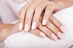 Le unghie della donna con il manicure francese Fotografia Stock Libera da Diritti