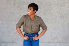 Le ungt afrikanskt kvinnligt le för modemodell Arkivfoton