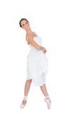 Le ungt balettdansöranseende på henne tåspetsarna arkivbilder