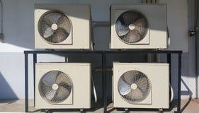 Le unità condencing del condizionatore d'aria hanno installato all'aperto fotografie stock