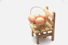 Sedie Piccole Legno.Le Uova Artificiali Hanno Messo Sulle Piccole Sedie Di Legno