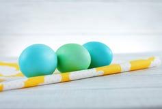 Le uova blu e verdi su tessuto Il concetto di una Pasqua felice Fotografia Stock Libera da Diritti
